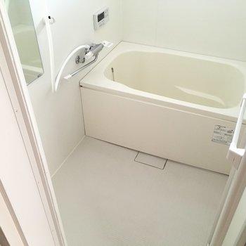 お風呂は窓もあって明るい〜!使いやすいサーモ水栓もうれしいポイント。