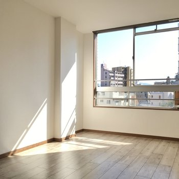陽だまりできる優しい空間。テレビ端子は窓横に。