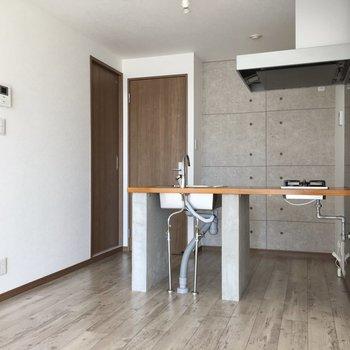 キッチンは対面式!キッチンにたった姿も絵になるんだろうなぁ。