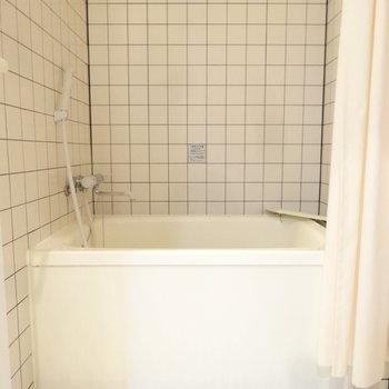 タイル貼りの浴室ってオシャレだな。(※写真は3階の反転間取り別部屋のものです)