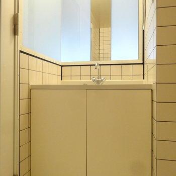 スタイリッシュな洗面台が目を引きます。(※写真は3階の反転間取り別部屋のものです)