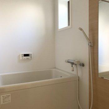 浴室乾燥機と追焚きと窓付きのお風呂。