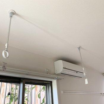 エアコンの前に室内物干も設置されています。