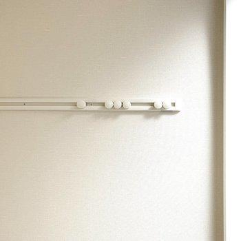 収納は居室壁面に可動式のフックもあります。