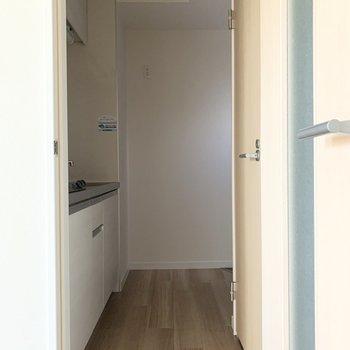 廊下に出てまずはキッチン。奥は玄関、右の扉はおトイレです。