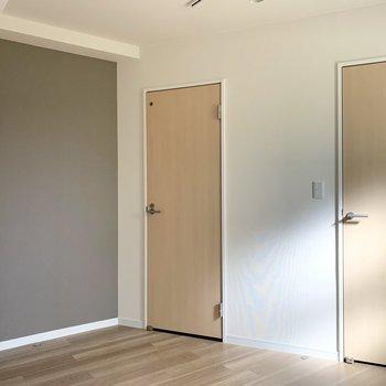 居室の1面はアクセントクロス。