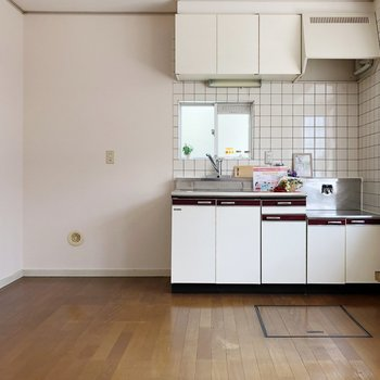 〈LDK〉左に広めのスペースがあり、使い勝手のいいキッチン〇
