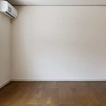 〈LDK〉真ん中に白い洋風なダイニングテーブルを置くとよりオシャレな空間に。