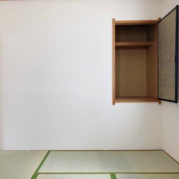 〈和室〉収納は少しコンパクトなので、棚やカラーボックスを置いて収納力をアップ。