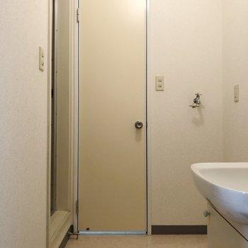 正面がトイレで、左はお風呂になっています。