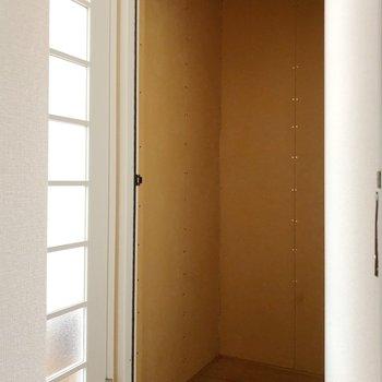 廊下には収納スペースも。洋服を収納したり、用途はさまざまですね。