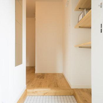 【イメージ】玄関は白タイルに。姿見とコートがけ、可動棚もつきます。
