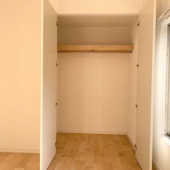 開き戸の収納はこれくらい。