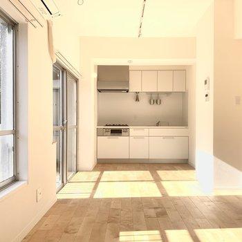 キッチンも明るい開放的なスペースになっています