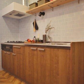 キッチンもウッド調で可愛い★※写真は1Fのお部屋。