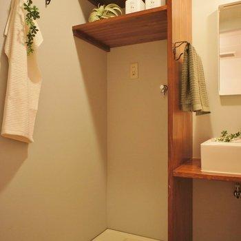洗濯機置き場もしっかり棚が!※写真は1Fのお部屋。