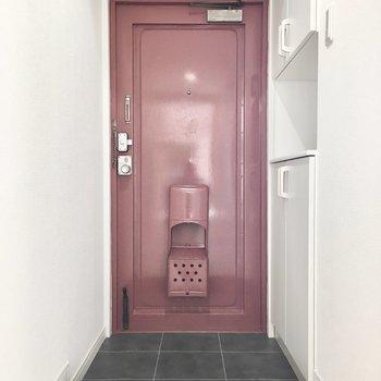 玄関には渋めの赤いドア。