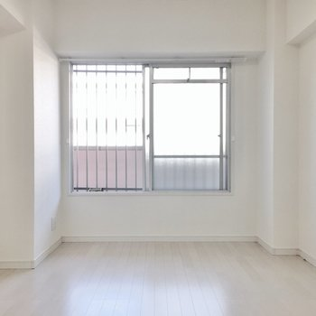 洋室にも窓がついてます。