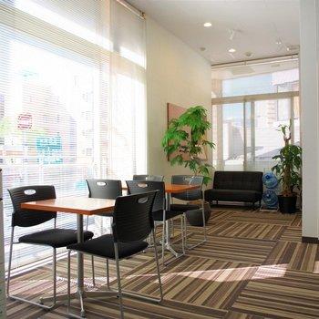 2階には受付と共有スペース。