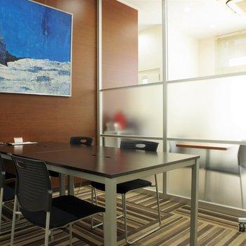 油絵が飾られた、オープン会議室。