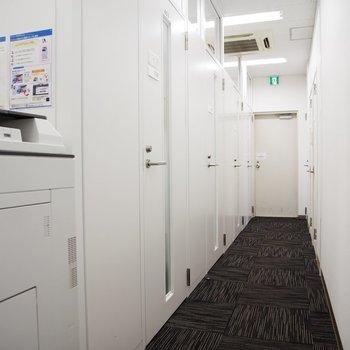 オープンテラスへと続くオフィスの廊下。