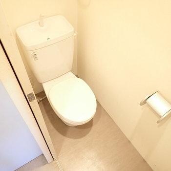 トイレ空間はやや細めでした。