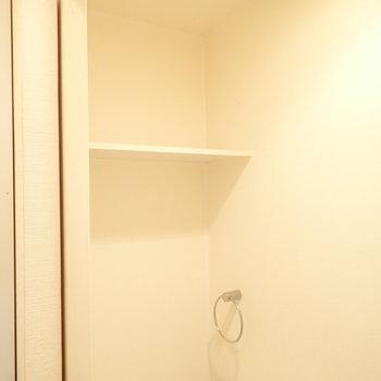 上には棚があります。