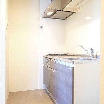 キッチンまわりはコンパクトですが、囲われています。
