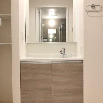 鏡が大きくて使いやすそう!※写真は同間取り・別部屋のものです。