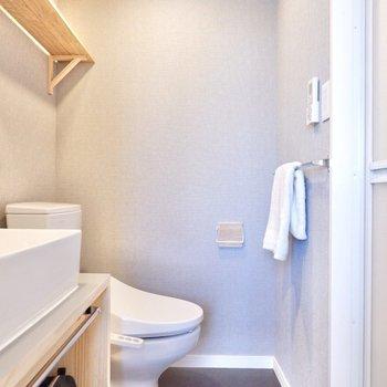 トイレは併設ですが、グレーのクロスで落ち着いた雰囲気に。