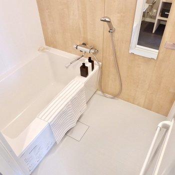 お風呂はゆったりサイズですね。