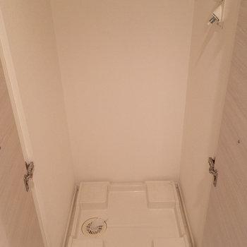 洗濯機置き場は玄関の正面に。扉で隠せますよ。