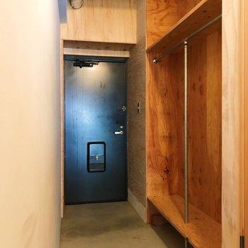 玄関スペースにオープンクローゼットがあります。ラックも置けますね。