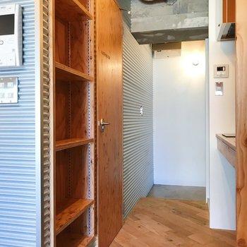 キッチンスペースへ。食器棚や日用品、小物を並べて。