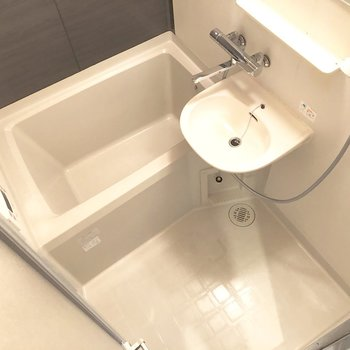 お風呂は洗面台も一体化したタイプ。シャワーでまとめて掃除できちゃいますよ。