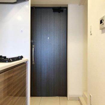 玄関はよく履く靴は出して置けるくらいのスペースがあります。