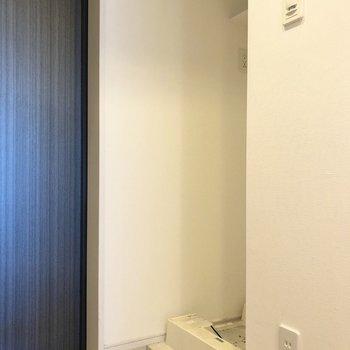 洗濯機置き場は玄関入ってすぐ左手にあります。※写真はクリーニング前のものです