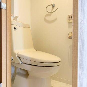 収納の向かいには温水洗浄付のトイレ。