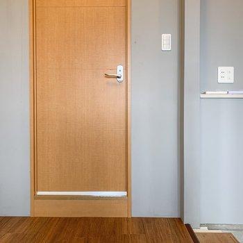 【洋室2.5帖】反対側を向くと何やら扉が...
