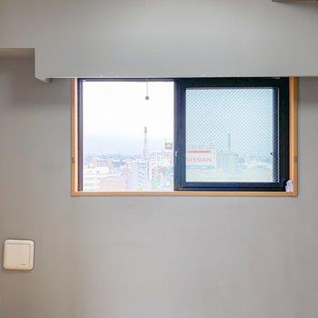 【洋室7.4帖】小窓のさりげないサイズ感がいいですね。