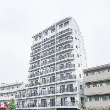 大通り沿いにあるこちらの建物の9階にお部屋はあります。