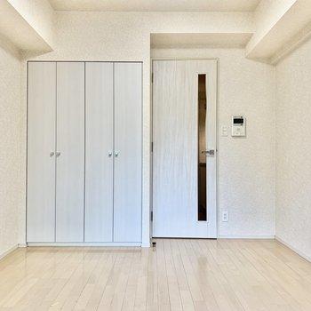 ドアとクローゼットは白で統一されていますね。