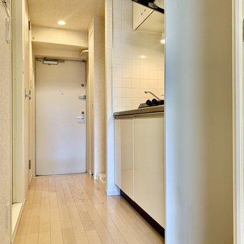 キッチンスペースもゆったり。冷蔵庫は右手のくぼみにどうぞ。