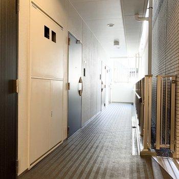 共用廊下は広々としています。