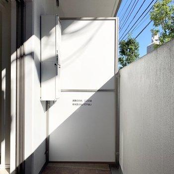 1階のお部屋なので塀が高めです。