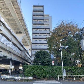 駅から高架線沿いに歩くと、見えてきます。