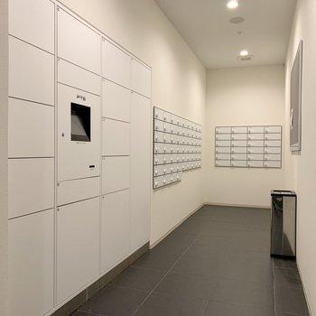 メールボックスの隣には宅配ボックスも。不在時に助かります。