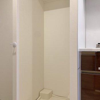 キッチンと玄関の間に洗濯機が置けますよ。