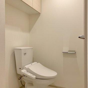 脱衣所にトイレがありました。棚には備品をしまいましょう。