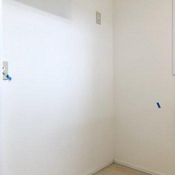 後ろには冷蔵庫の他にもシェルフも置けます(※写真は清掃前のものです)